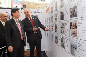 Choices aplenty: Kho (right) chatting with Chow during a tour of the exhibition at Queensbay Mall, Penang.